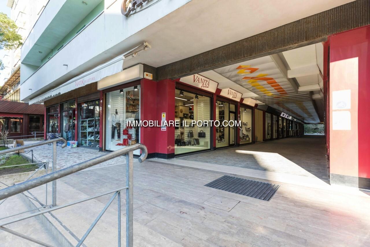 affittasi locale commerciale in pieno centro pedonale al
