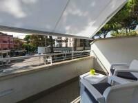 terrazzo attrezzato con tavolino e poltroncine